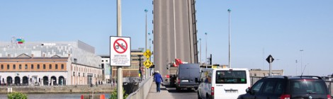 Garda tells people to walk with bicycles at East-Link Bridge, when signs only suggest dismounting
